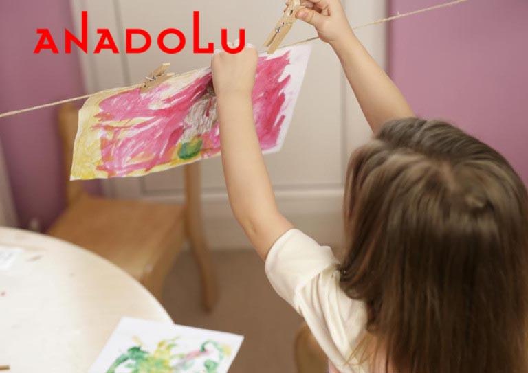Çocuk resim yaparken